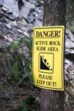 Le danger jaune empêchent d'entrer svp la glissière de roche Image libre de droits