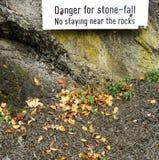 Le danger pierre-tombent dans des environnements rocheux de forêt Photos stock