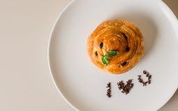 Le danois fraîchement cuit au four du plat blanc Images stock