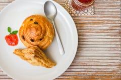 Le danois fraîchement cuit au four du plat blanc Photo stock