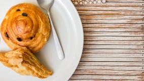 Le danois fraîchement cuit au four du plat blanc Photographie stock libre de droits