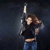 Le dans för ung kvinna, hårflyg Arkivbilder