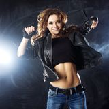 Le dans för ung kvinna, hårflyg Fotografering för Bildbyråer