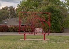 Le dans l'abstrait en acier peint rouge rectangulaire de sculpture sculptent le jardin du musée de l'art biblique à Dallas, le Te images libres de droits