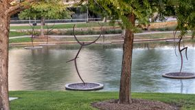 Le ` danse avec le ` en acier par Jerry Daniel, Hall Park, Frisco, le Texas Photo stock