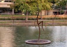 Le ` danse avec le ` en acier par Jerry Daniel, Hall Park, Frisco, le Texas Image stock