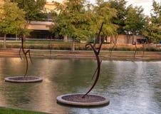 Le ` danse avec le ` en acier par Jerry Daniel, Hall Park, Frisco, le Texas Photo libre de droits