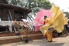 Le danseur attendant exécutent la danse thaïlandaise traditionnelle Image stock