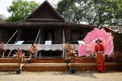 Le danseur attendant exécutent la danse thaïlandaise traditionnelle Image libre de droits