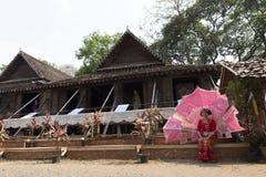 Le danseur attendant exécutent la danse thaïlandaise traditionnelle Photographie stock libre de droits