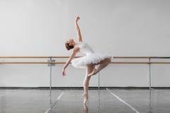 Le danseur classique féminin maintiennent le support dans la classe Photo libre de droits