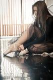 Le danseur classique féminin met des pointes dessus photographie stock libre de droits