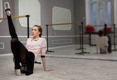 Le danseur classique gracieux assez jeune réchauffe dans la classe de ballet Image libre de droits
