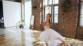Le danseur classique habillé dans le tutu blanc exécutent la danse classique de ballet, elle s'exerce avec élégance dans des chau clips vidéos