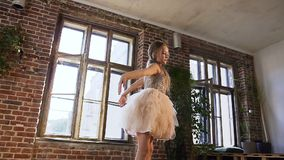 Le danseur classique habillé dans le tutu exécutent la danse classique de ballet, elle s'exerce avec élégance dans des chaussures banque de vidéos