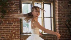 Le danseur classique professionnel habillé dans le tutu blanc exécutent la danse classique de ballet, elle s'exerce avec élégance banque de vidéos
