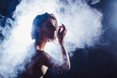 Le danseur contemporain de l'adolescence moderne pose devant le fond de noir de studio photos libres de droits