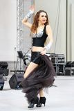 Le danseur de ventre exécute Photo stock