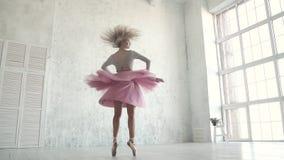 Le danseur du ballet tourne dans la perspective d'une grande fenêtre légère ballerine dans un tutu et un pointe classiques clips vidéos