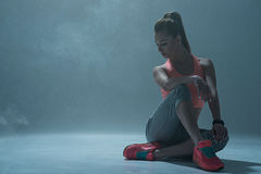 Le danseur féminin gai se repose après la formation photographie stock