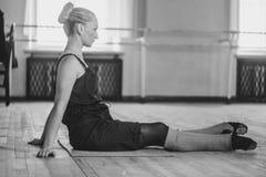 Le danseur fait l'échauffement photo libre de droits