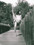 Le danseur latin avec la jambe a augmenté au-dessus de sa tête, monochrome Photos stock