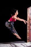 Le danseur sautant devant la porte photographie stock libre de droits