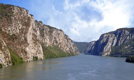 Le Danube près de la ville serbe de Donji Milanovac images libres de droits