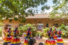 Le danze popolari di Uttarakhand con musica folk legano compreso le forme come Chancheri, ballo di ballo di Chhapeli ECR, Chennai Immagini Stock