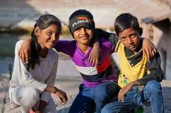 Le ¡ de Ð hildren l'étreinte dans la rue, montrant l'amitié forte Photos libres de droits