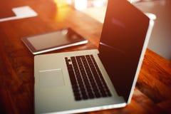 Le  de Ð ngled le carnet sur la table dans l'intérieur à la maison avec l'iPad Photo libre de droits