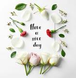 Le ` de citation ont un ` de beau jour écrit sur le papier avec des pétales et des fleurs Vue supérieure Image libre de droits