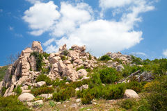 Île de Corse, montagnes rocheuses sous le ciel nuageux Images stock