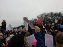Le ` de femmes s mars sur le Washington DC, protestataires a recueilli sur le mail national, capitol des USA dans la distance Images libres de droits