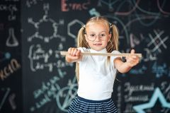 Le?on de maths ?ducation et connaissance Disciplines d'?cole de TIGE Fille d'élève avec la grande règle petite fille de nouveau ? image stock