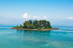 Île de Pontikonisi ou de souris en mer ionienne Île de Corfou, Grèce Images libres de droits