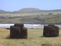 Île de Pâques - les topknots des moai chez Ahu Hanga Te'e Photographie stock libre de droits