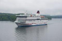 Le ` de Viking Cinderella de ` de ferry de croisière de mer écrit le jour brumeux de port en août Image stock