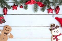 Le decorazioni del fondo di Natale con gli ornamenti ed il pupazzo di neve cucinano Fotografie Stock