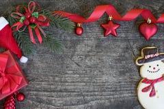 Le decorazioni del fondo di Natale con i contenitori ed il pupazzo di neve di regalo tubano Fotografia Stock