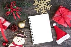 Le decorazioni del fondo di Natale con lo spazio in bianco aprono il taccuino Fotografia Stock