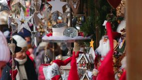 Le decorazioni del mercato di natale del Babbo Natale stabiliscono la folla Europa di dicembre della gente video d archivio