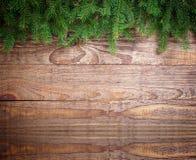 Le decorazioni di Natale attillano i rami su di legno Fotografia Stock