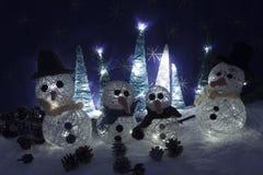 Le decorazioni di natale elabora i pupazzi di neve e il tre illuminati scenary della neve Fotografie Stock