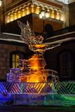 Le decorazioni di Natale hanno fatto di ghiaccio vicino ad una chiesa ortodossa alla notte immagini stock libere da diritti