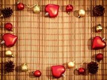 Le decorazioni di Natale hanno presentato su un fondo di bambù con lo spazio della copia per testo Bello fondo per il nuovo anno fotografie stock libere da diritti
