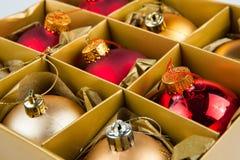 Le decorazioni di Natale multano immagazzinato in una scatola, pronto per usare Fotografia Stock