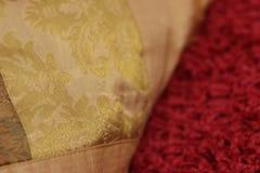 Le decorazioni dorate su una decorazione appoggiano con tappeto rosa sotto Immagine Stock Libera da Diritti