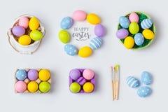 Le decorazioni fatte a mano delle uova di festa di Pasqua per derisione sul modello progettano Vista da sopra Immagine Stock