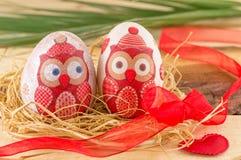 Le decoupage de hibou a décoré des oeufs de pâques Photographie stock